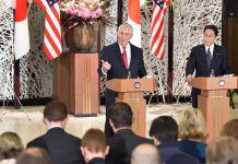 El secretario de Estado Rex W. Tillerson y el ministro de Asuntos Exteriores de Japón Fumio Kishida (Depto. de Estado)