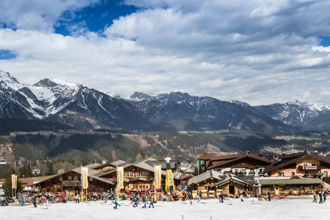 Villa de esquí con montañas en el panorama (Olimpíadas Especiales EE. UU.)