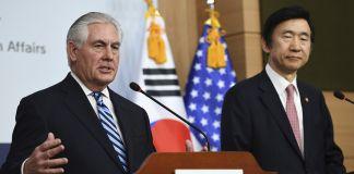 O secretário de Estado, Rex Tillerson, e o ministro das Relações Exteriores da Coreia do Sul, Yun Byung-se (© AP Images)