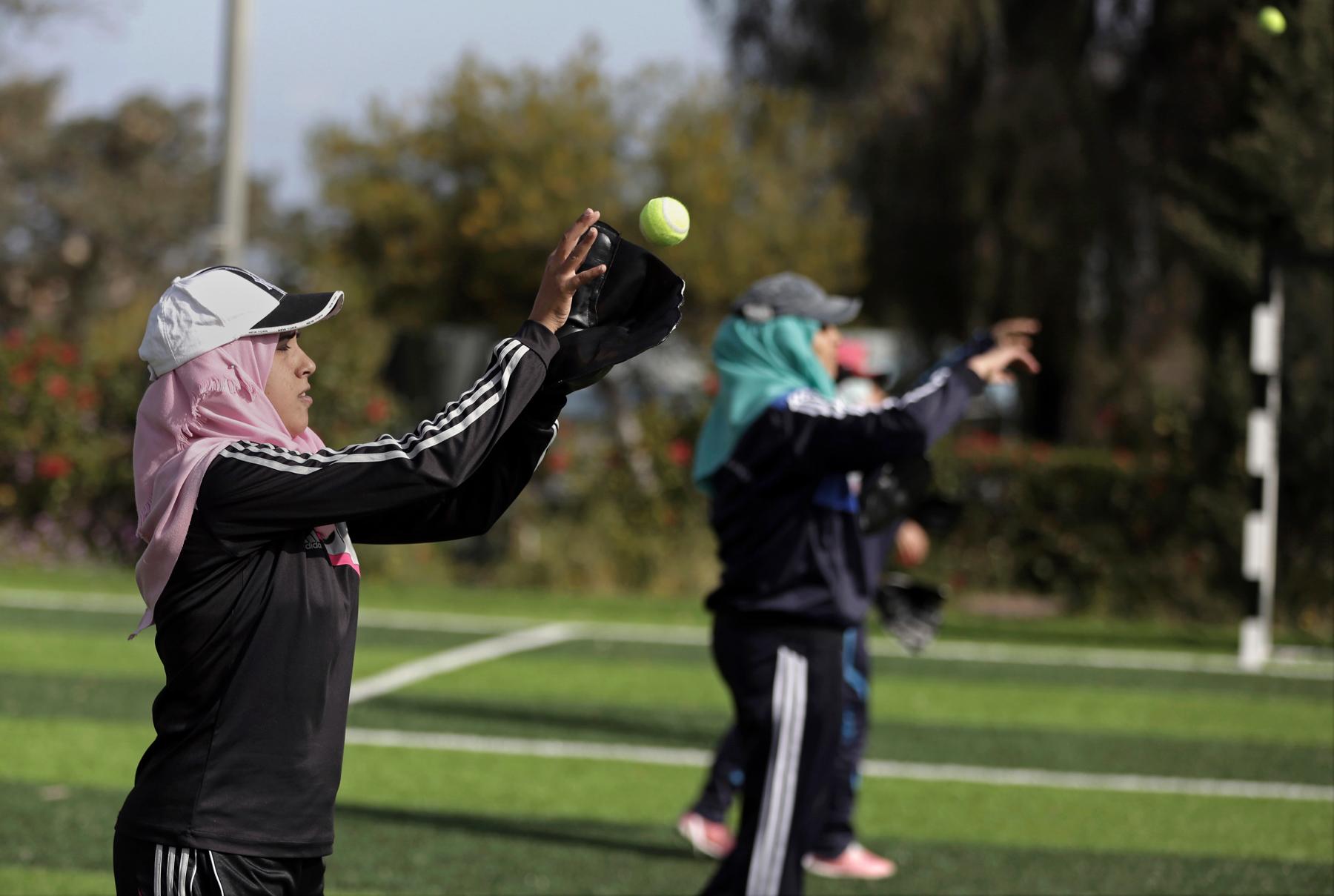 Palestinian women tossing tennis balls (© AP Images)