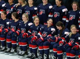Hockey players in uniform lined up for photo (© AP Images)