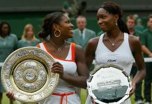 Serena y Venus Williams sosteniendo trofeos de tenis (© Getty Images)