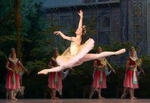 Bailarina saltando en el aire (© Getty Images)
