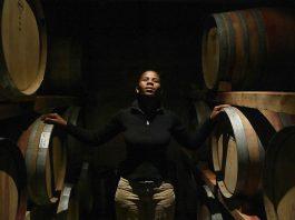Mulher posa entre barris de vinho (© Gianluigi Guercia/AFP/Getty)