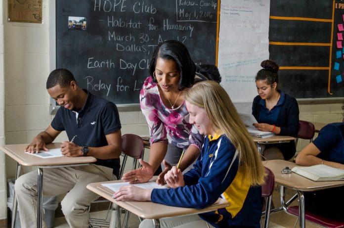 Profesora con alumnos en un aula (Escuelas Públicas de Waterbury)