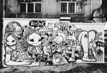 Mural en blanco y negro en la pared de una ciudad (Graviky Labs)