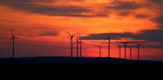 Hilera de turbinas eólicas en el horizonte (ERCOT)
