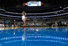 Homem arremessando bola de basquete na quadra de uma arena (Depto. de Estado/Ralph Lauer)