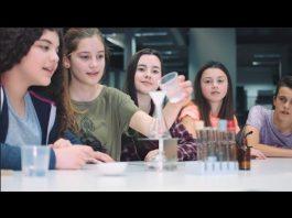 Meninas trabalham em um laboratório (YouTube)