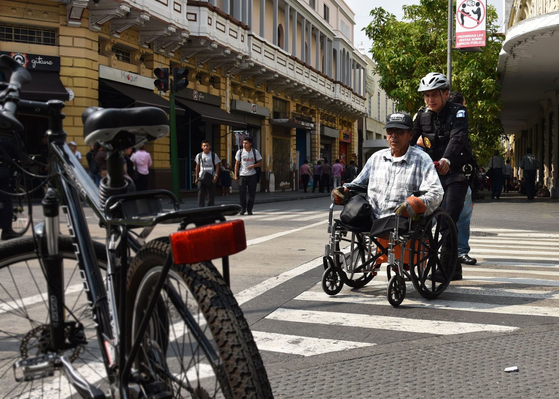 Policial empurra homem em cadeira de rodas (Embaixada dos EUA na Guatemala)