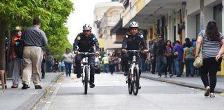 Oficiales de policía manejando bicicletas (Embajada de Estados Unidos en Guatemala)