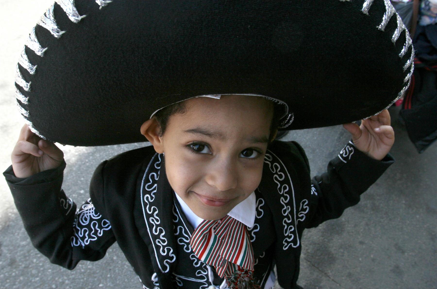 Menino usa um traje de mariachi (© AP Images)