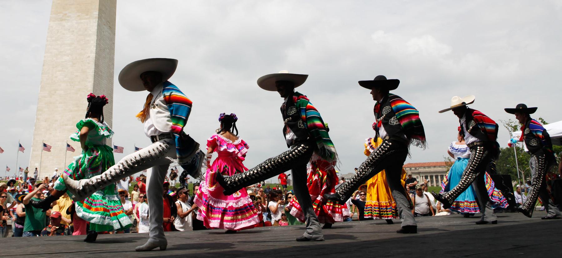 Dançarinos se apresentam perto do Monumento a Washington (© AP Images)