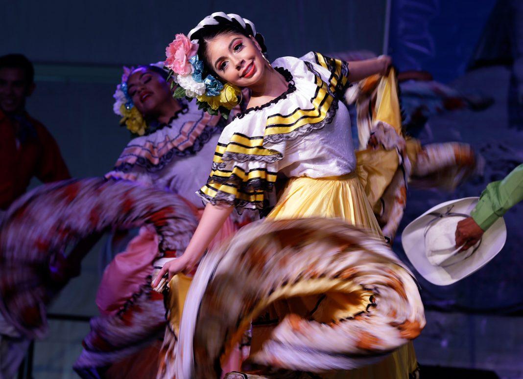 Uma dançarina se apresenta (© AP Images)
