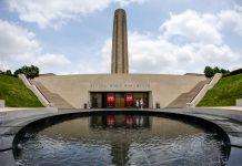 Obelisco memorial e espelho d'água (© AP Images)
