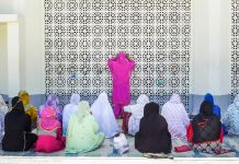 Women praying (© Raihana Maqbool for Global Press)