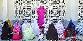 Women praying (© Raihana Maqbool for Global Press)
