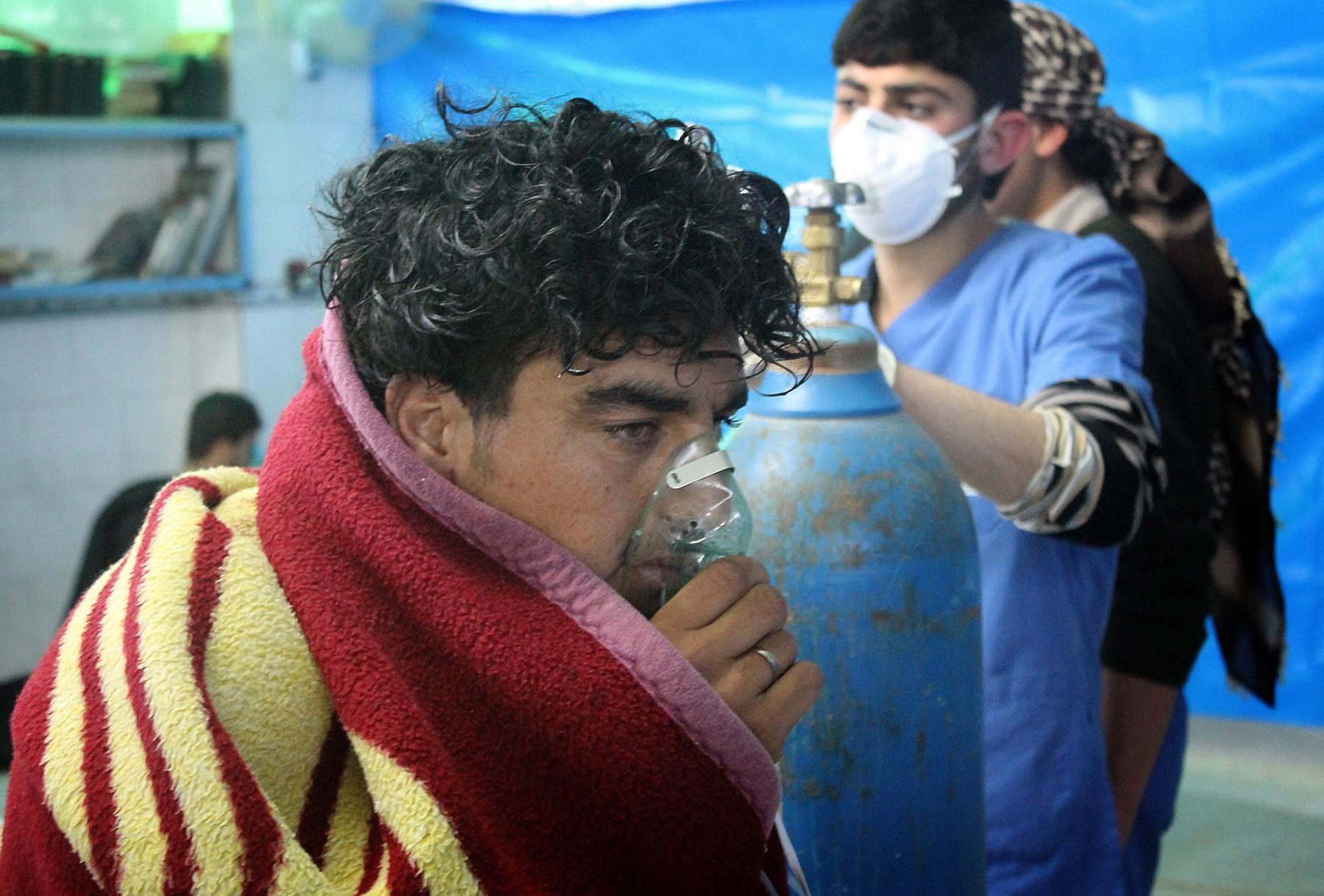 Un Syrien en train de respirer de l'oxygène dans un masque suite à une attaque à l'arme chimique (© Getty Images)