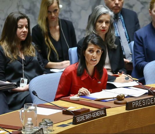 Nikki Haley falando ao microfone (© Volkan Furuncu/Anadolu/Getty Images)