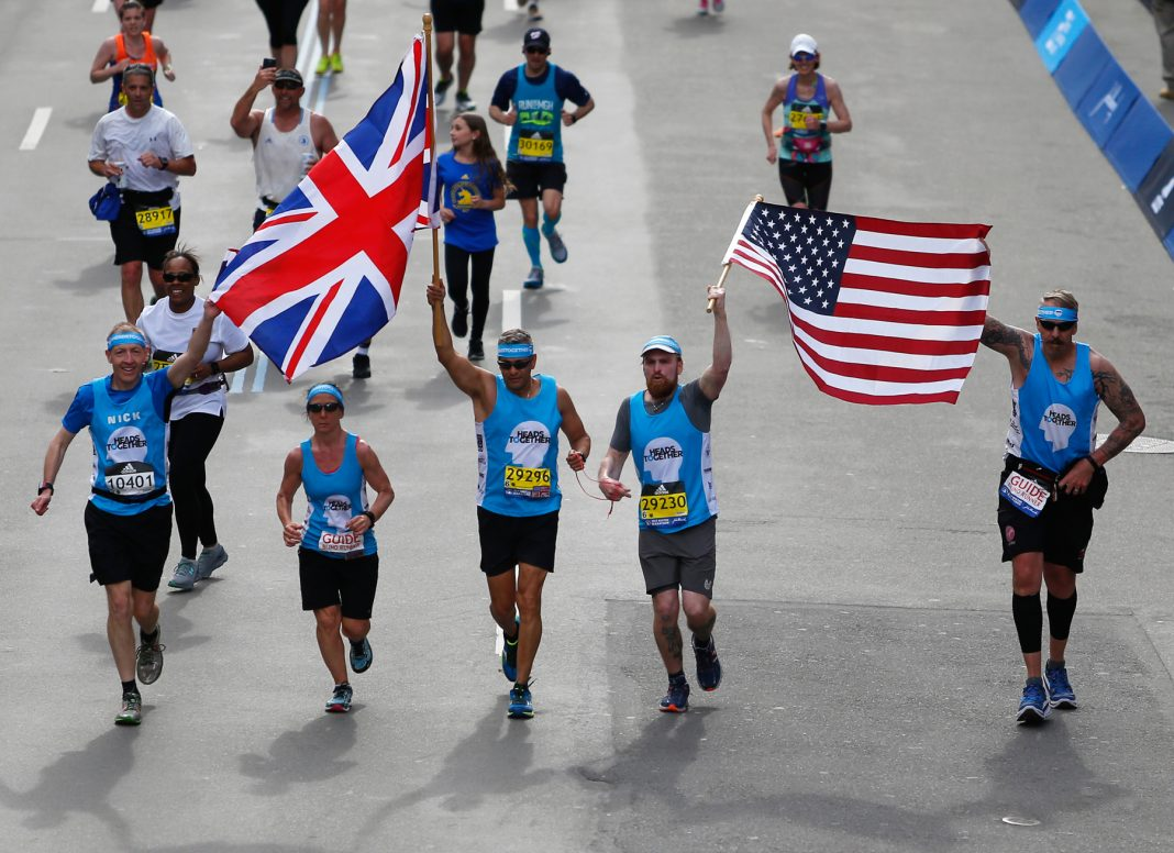 Iván Castro y Karl Hinett completan el maratón de Boston (Foto de Jessica Rinaldi/The Boston Globe vía Getty Images)