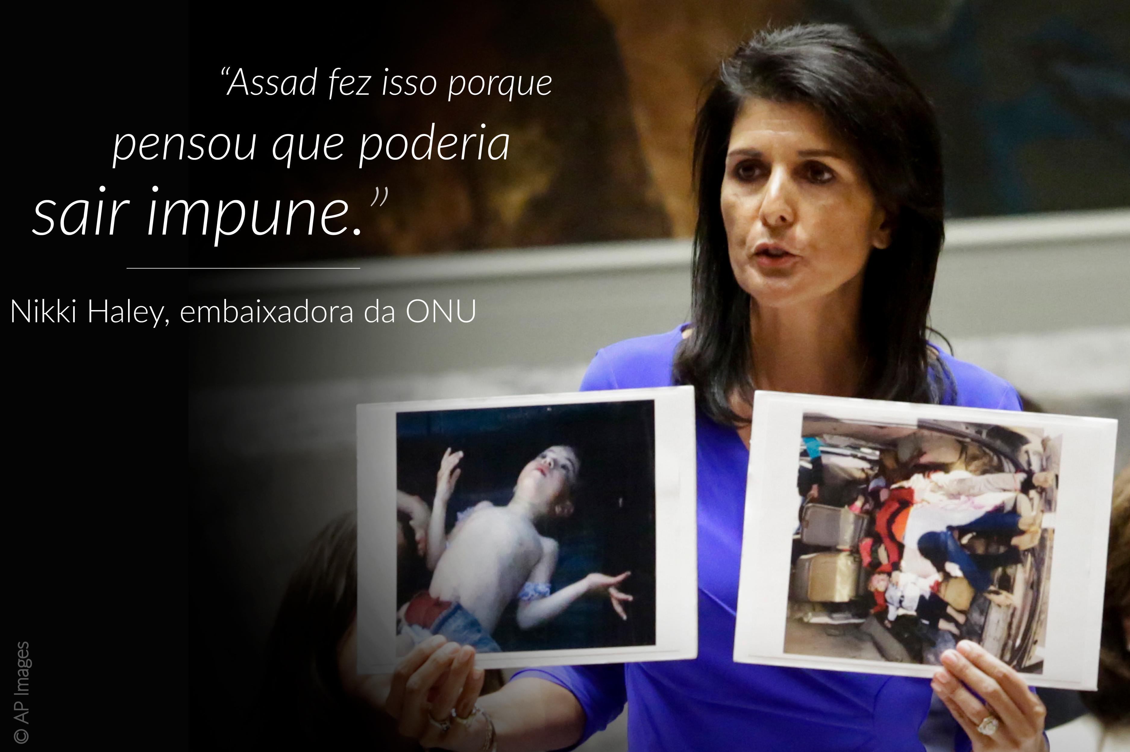 Nikki Haley, representante permanente dos EUA na ONU, com fotos de vítimas de ataque químico; citação sobreposta à esquerda (© AP Images)