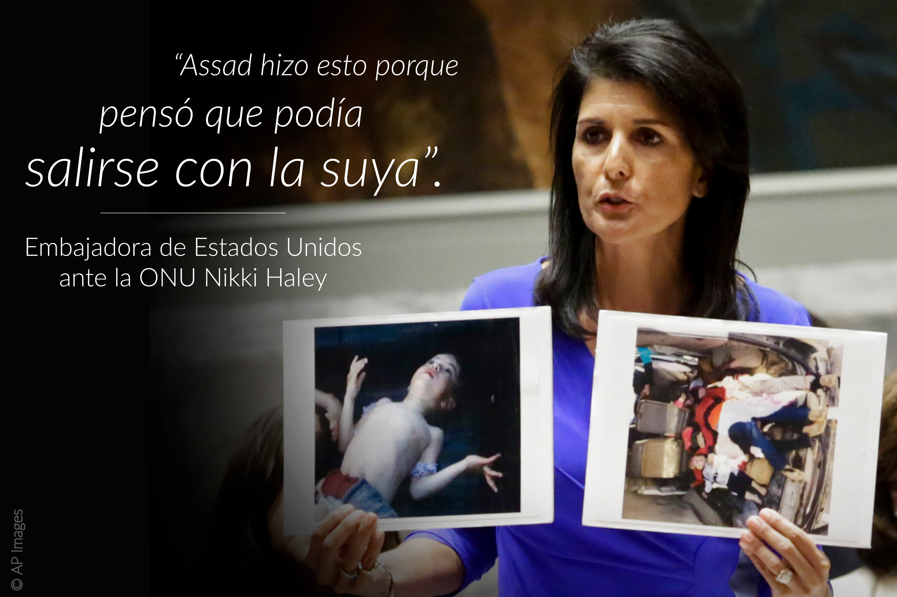 La representante permanente de Estados Unidos ante la ONU Nikki Haley sostiene fotos de víctimas del ataque con químicos; a la izquierda una cita sobrepuesta en la imagen (© AP Images)