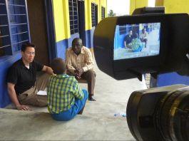Três homens falando e câmera filmando (Cortesia: Richard Lui)