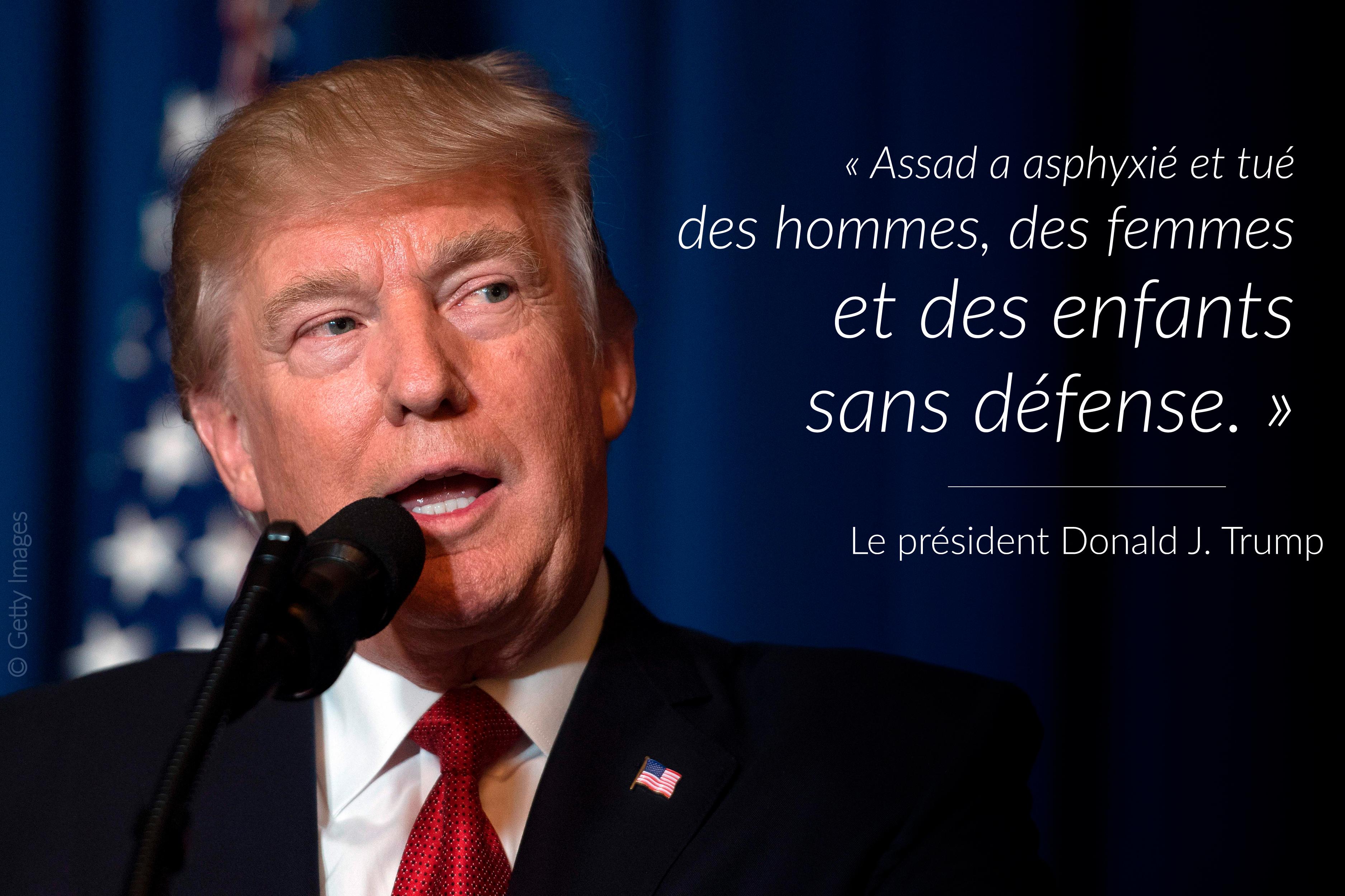 Le président Trump en train de parler, avec du texte écrit à sa droite, sur la photo (© Getty Images)