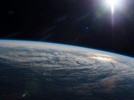 Vista da curvatura da Terra, com a escuridão do espaço acima (Nasa)
