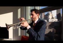 Homem tocando corneta (Depto. de Estado)