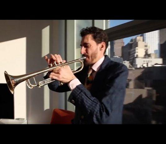 Hombre que toca trompeta (Departamento de Estado)