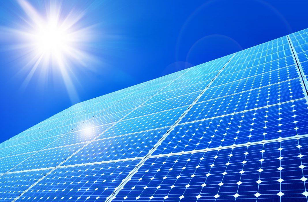 Sol brilhando em painéis solares (Shutterstock)