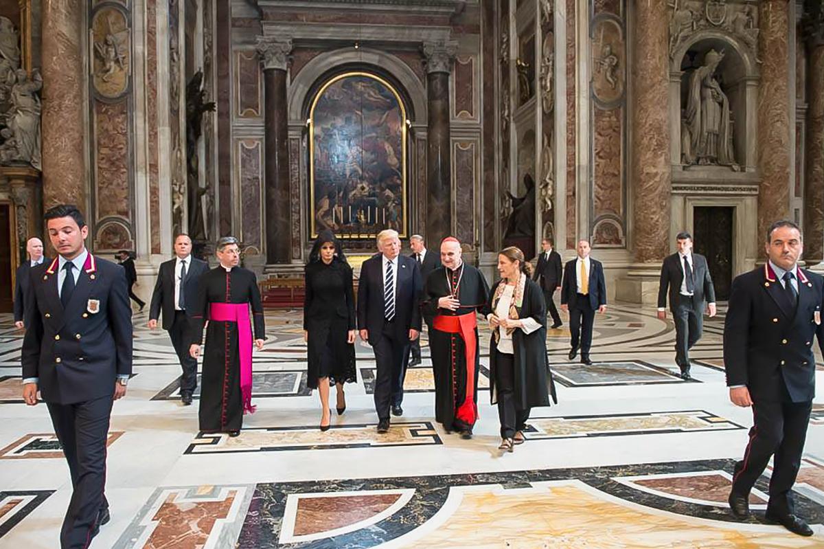 人们在金碧辉煌的大厅内行走。(White House/Andrea Hanks)
