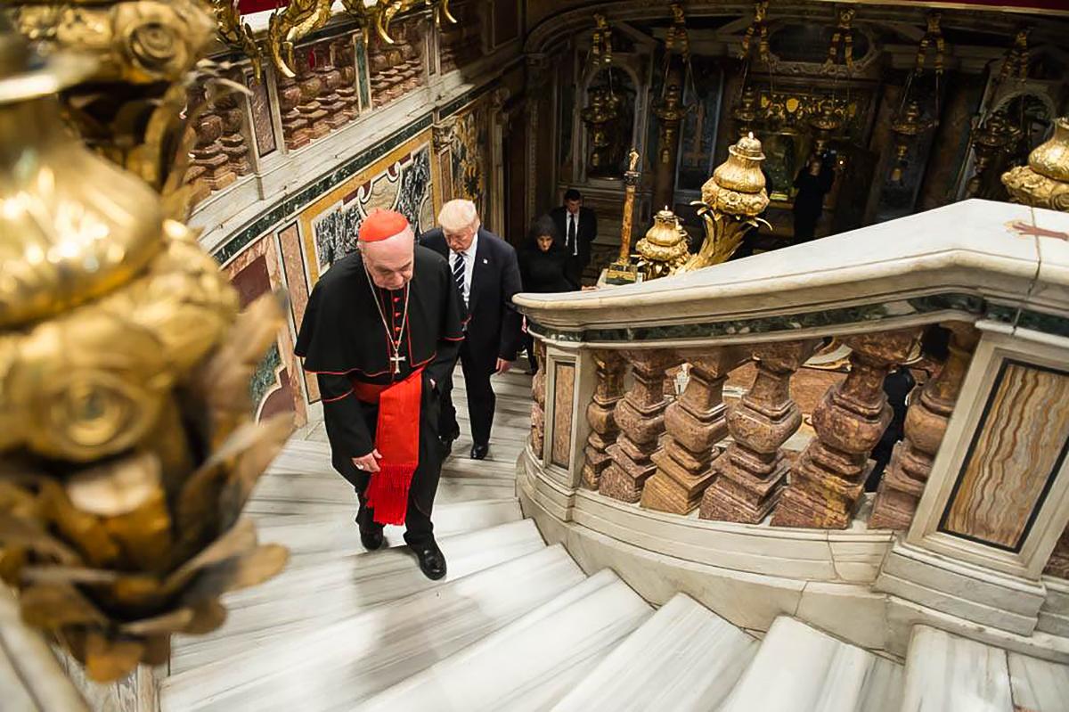人们在华丽的台阶上行走。 (White House/Andrea Hanks)