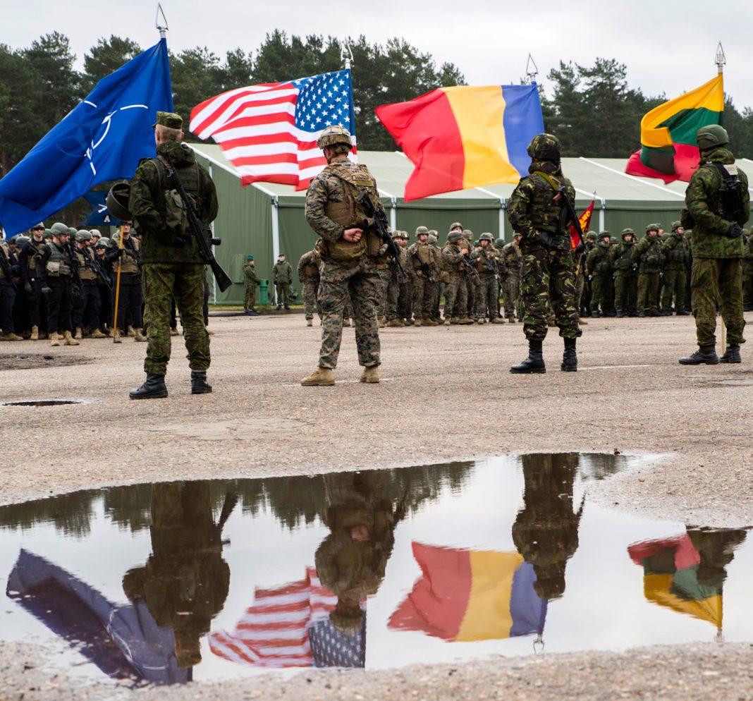 Quatre soldats portant des drapeaux (U.S. Marine Corps/Sergeant Kirstin Merrimarahajara)