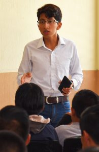 Un joven habla ante un público (Embajada de Estados Unidos en Guatemala)
