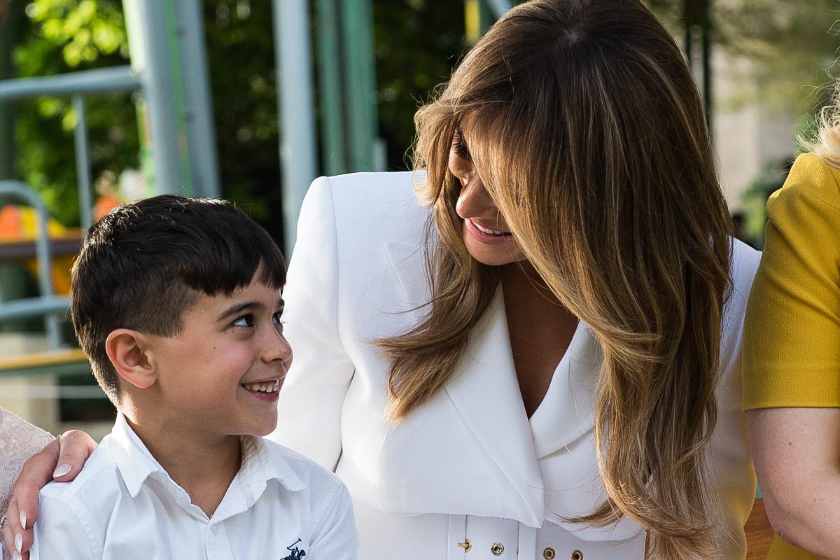 孩子们向一名妇女微笑。(White House/Andrea Hanks)