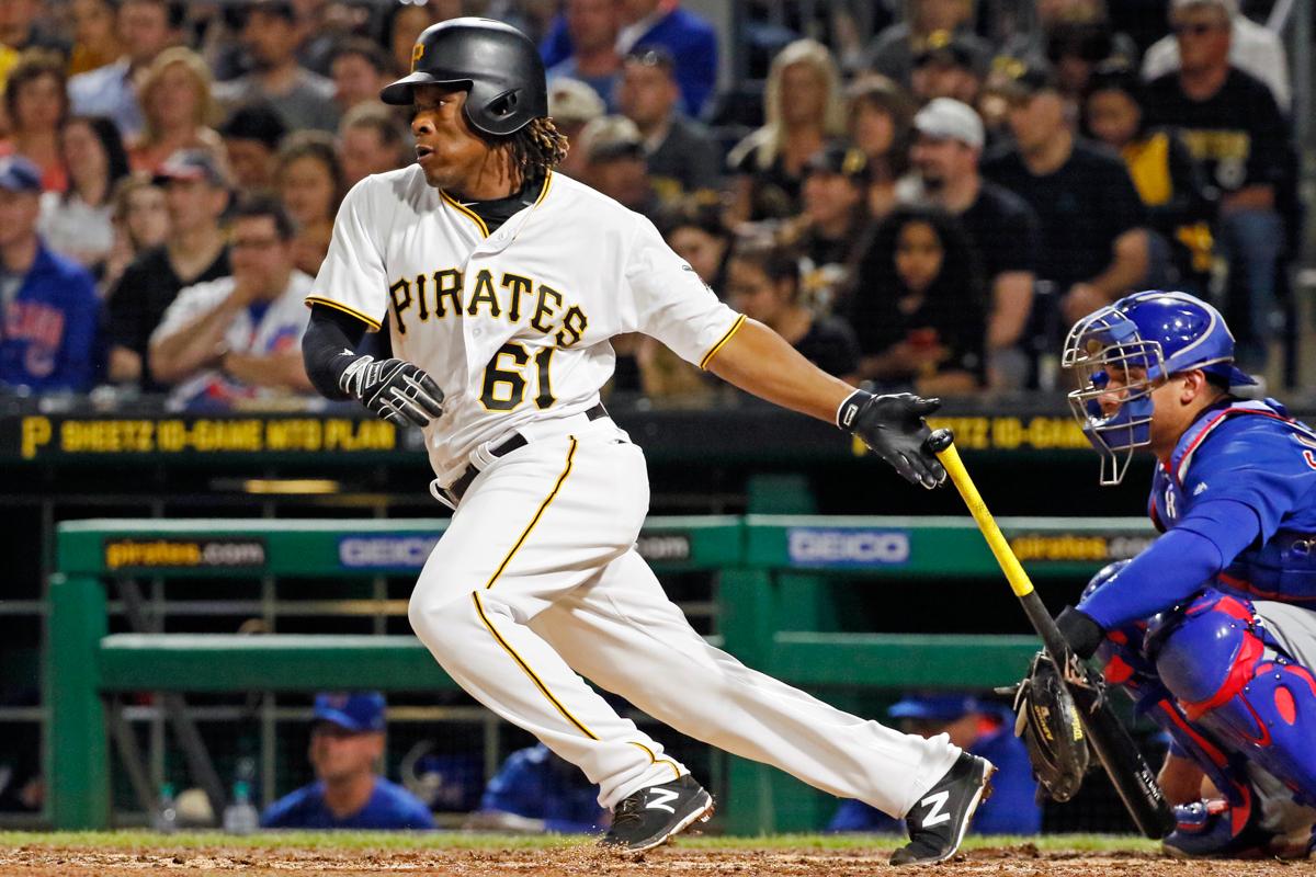 Un jugador de béisbol comienza a correr tras pegarle a una pelota (© AP Images)