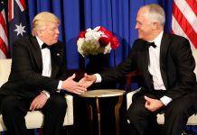 Donald Trump et Malcom Turnbull assis, en train de se serrer la main (© AP Images)