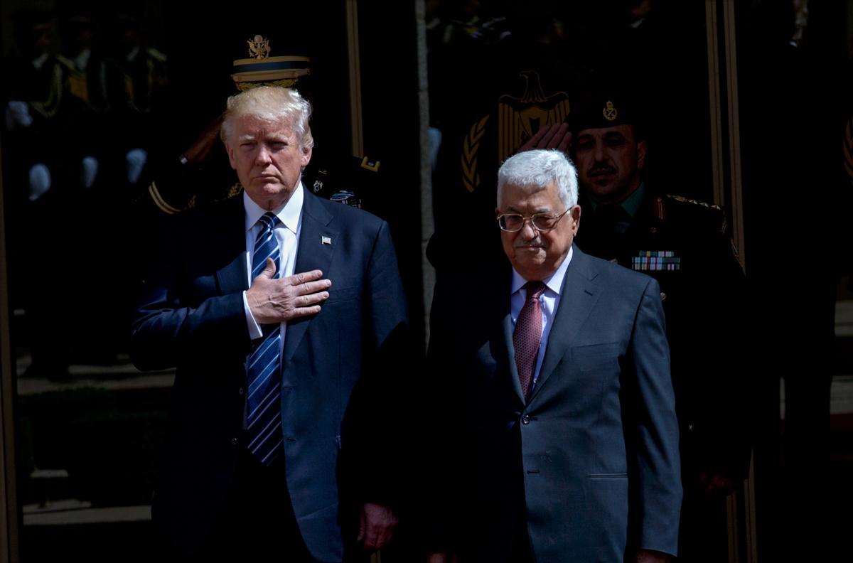 两人并肩站立。(© AP Images)