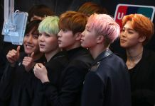 Grupo de pessoas com cabelo curto e colorido posa para uma foto (© AP Images)