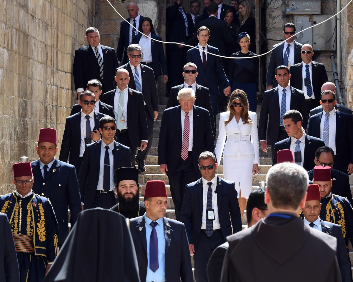 一大批人在石阶上行走。 (U.S. Embassy Tel Aviv/Matty Stern)