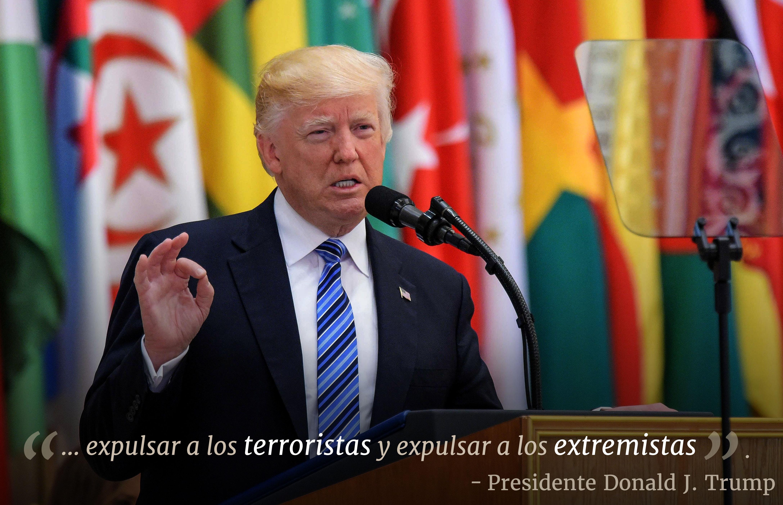 El presidente Trump ante un atril frente a banderas con texto superpuesto 'expulsar a los terroristas y expulsar a los extremistas' (© Mandel Ngan/AFP/Getty Images)