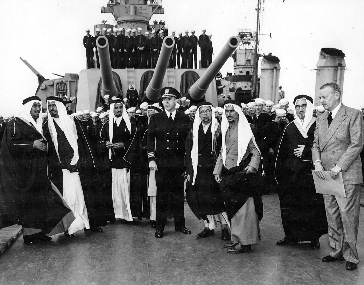 Grupo de hombres en un barco de guerra (Everett Collection Inc./Alamy Stock Photo)