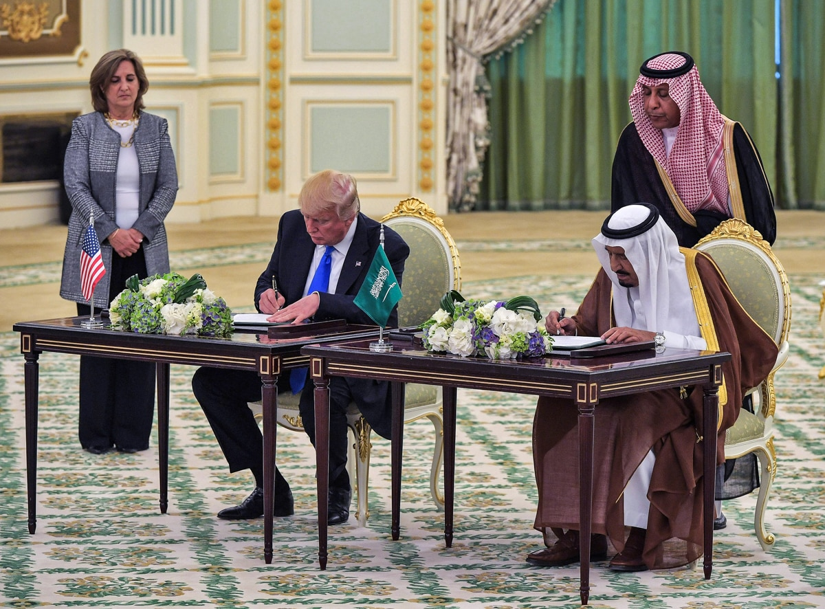 两人坐在桌前书写。 (© Mandel Ngan/AFP/Getty)