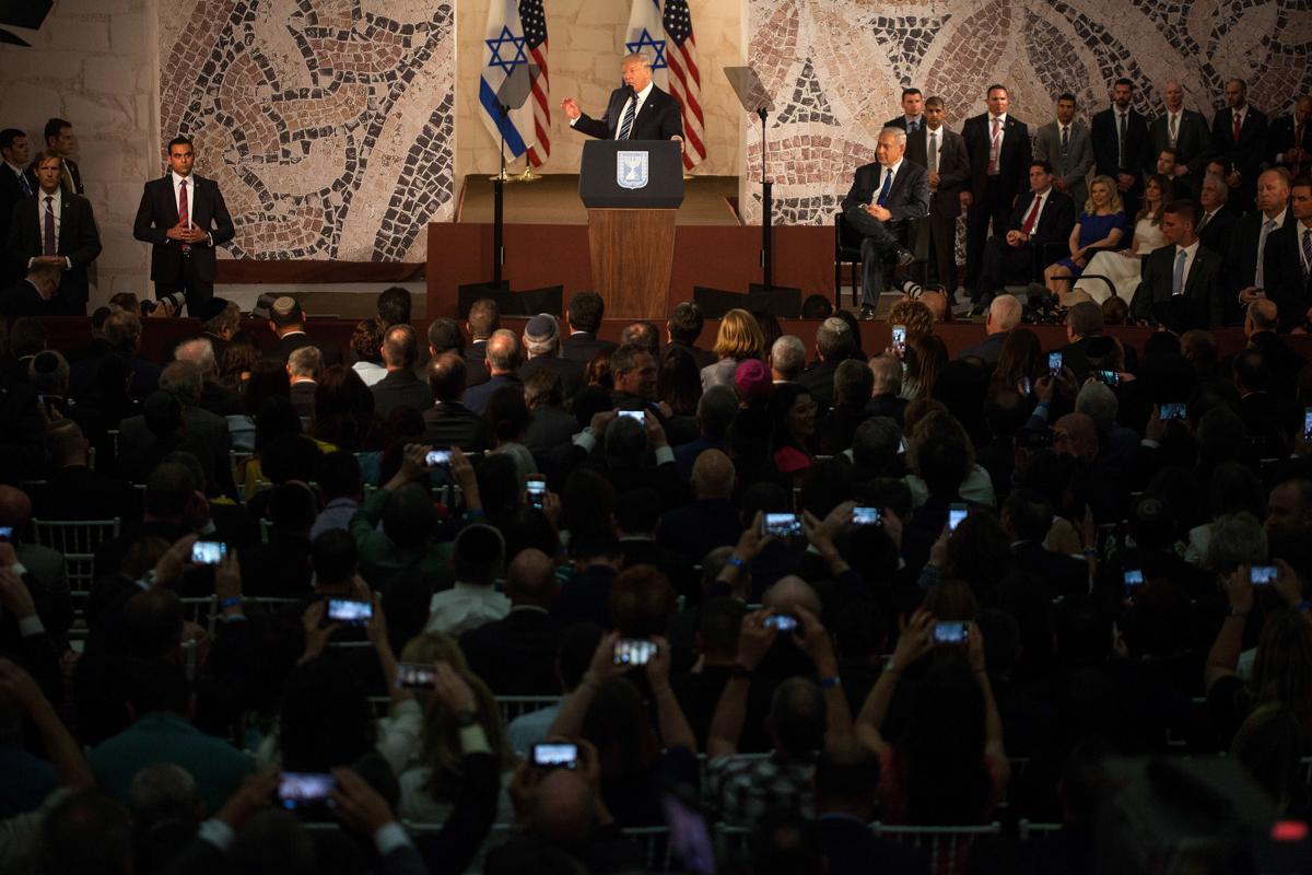 一名男子在大厅内向众多观众发表讲话。(© Lior Mizrahi/Getty Images)