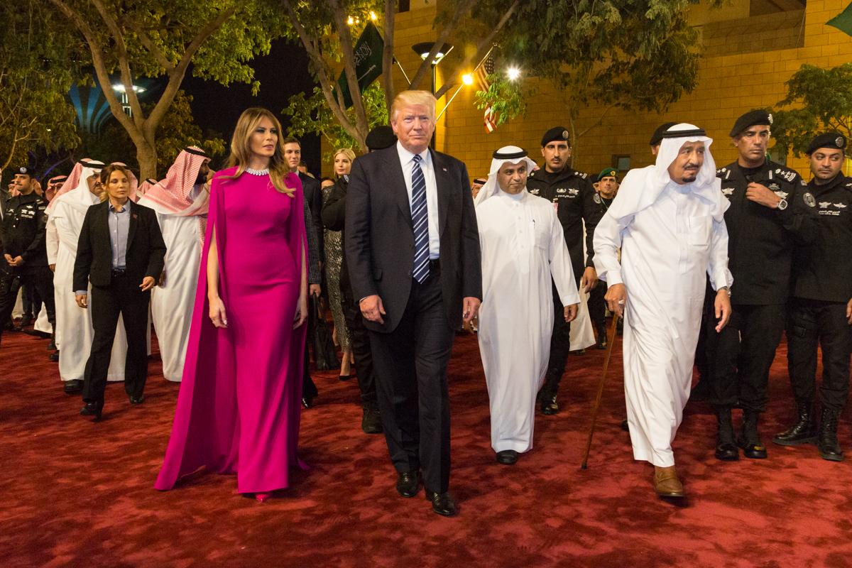 一群人在红地毯上行走。(White House Photo/Shealah Craighead)