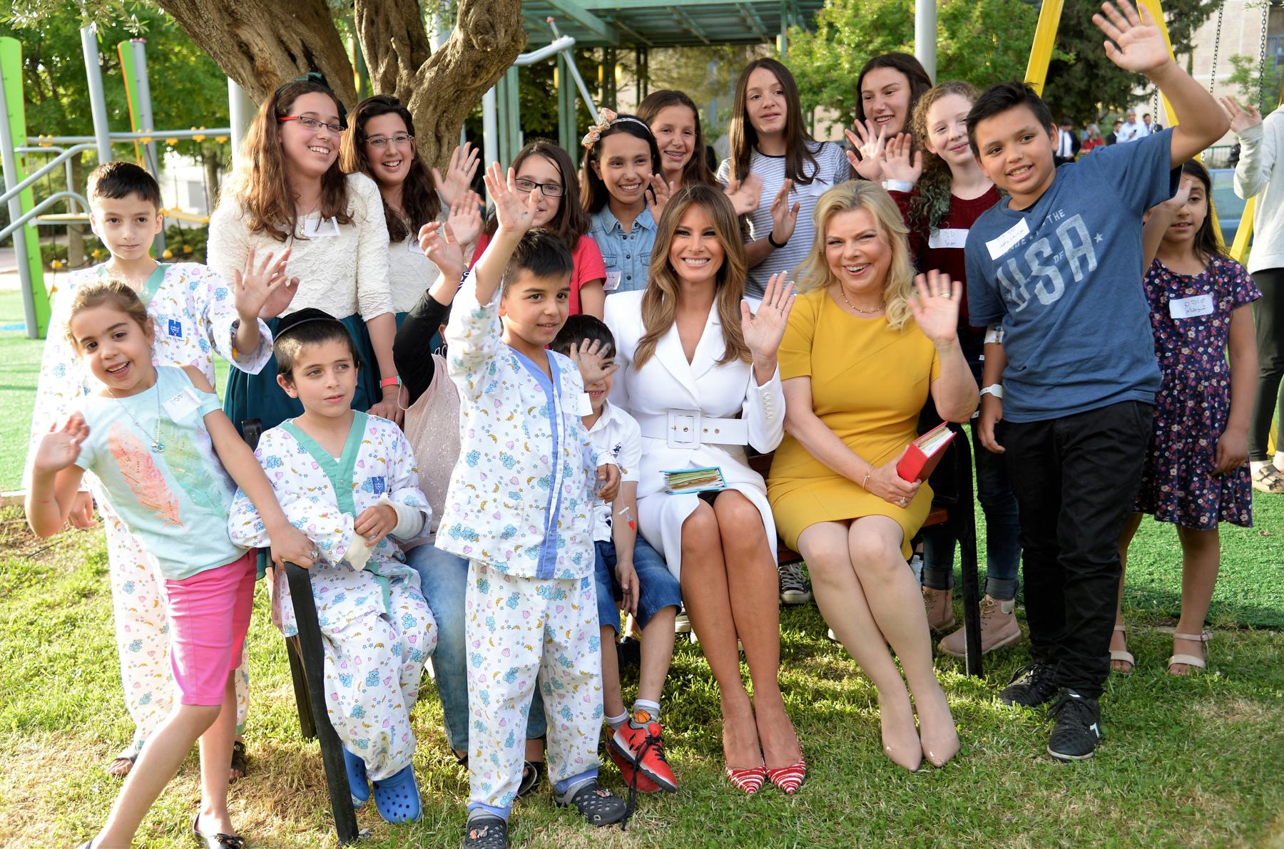 Melania Trump and Sara Netanyahu waving with children (U.S. Embassy Tel Aviv/David Azagury)