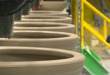 Fileira de vasos sanitários em uma linha de montagem (Toto USA)