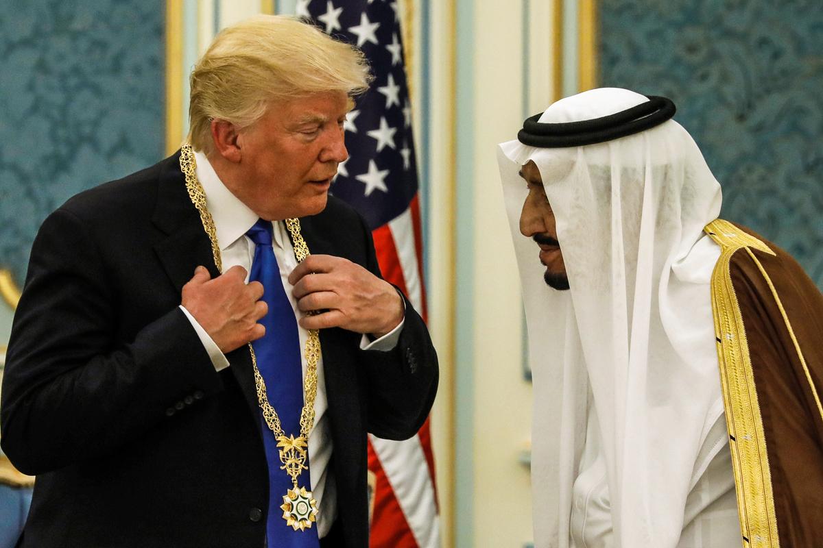 特朗普总统接受勋章时与国王萨勒曼•本•阿卜杜勒阿齐兹•阿勒沙特交谈。(© Jonathan Ernst/Reuters)